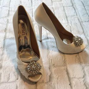 Badgley Mischka White Satin Wedding Shoe sz 9m.